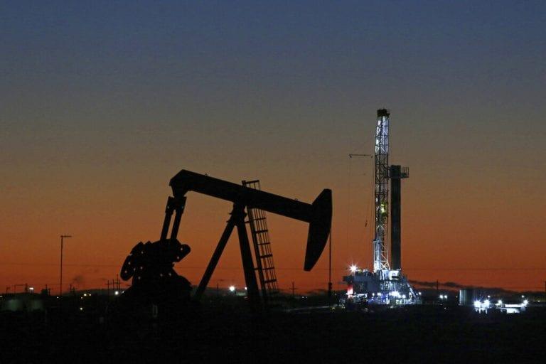随着需求的担忧,石油平坦,布伦特约为63美元/桶