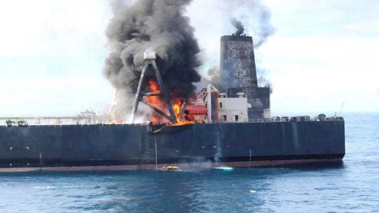从斯里兰卡海岸开火的油轮支付180万美元
