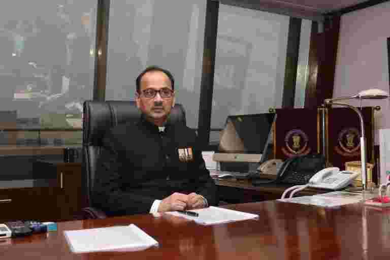 反对派袭击政府在CBI首席家外侦察
