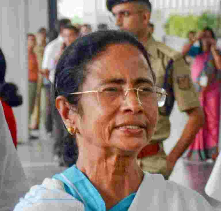 Mamata Banerjee说,Cents作弊国家与Demonetisation Scam说