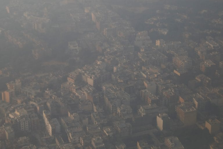德里的污染水平急剧前方盗贼厚厚的雾霾吞没城市:当局
